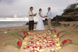 flower aisle for a beautiful maui wedding ceremony