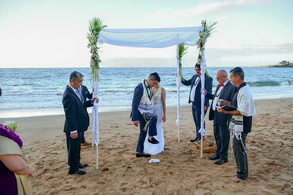 breaking of the glass in maui jewish weddin